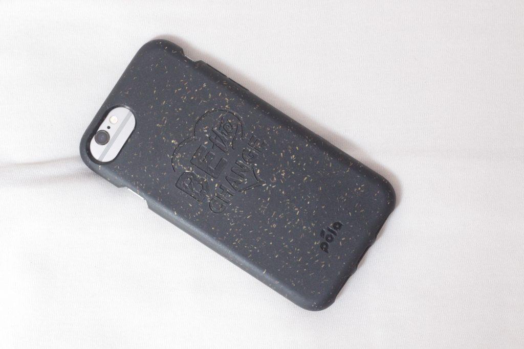 Smartphone der Marke Apple, Modell 6s mit einer kompostierbaren Hülle von Pela Case.
